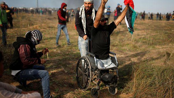 Demonstrant in einem Rollstuhl. Er verlor angeblich später sein Leben.