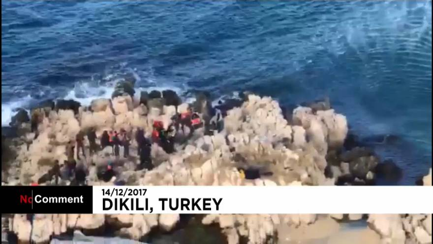 Des migrants bloqués sur un rocher