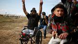 إبراهيم أبو ثريا، الشاب مبتور القدمين يتظاهر قبل ساعات من مقتله شرق غزة.