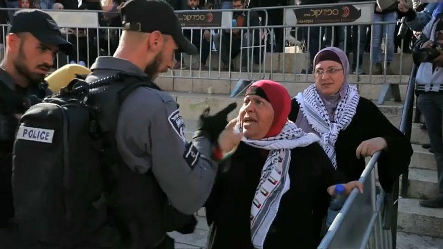 شرطي إسرائيلي يعنف امرأة فلسطينية بالقدس خلال احتجاجات ضد قرار ترامب