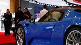 نساء سعويدات يزرن معرض السيارات الفارهة في الرياض