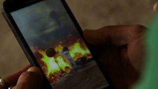 صور في موبايل تظهر الحريق الذي شب في مخيم للاجئين السوريين بالبقاع اللبناني