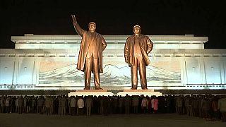 صورة لتمثالي كيم جونغ إيل وكيم إيل سونغ الزعيمين السابقين لكوريا الشمالية
