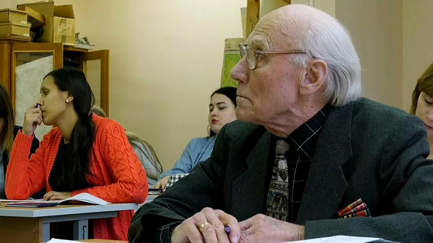 عجوز روسي يعود إلى مقاعد الدراسة في عمر التسعين