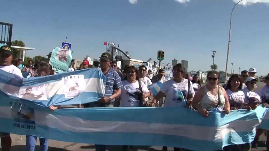 Chefe da Marinha destituído mas argentinos querem é respostas
