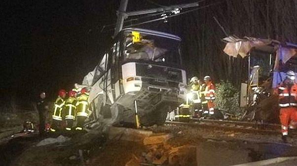 """Francia, scontro tra scuolabus e treno: """"la sbarra era sollevata"""""""