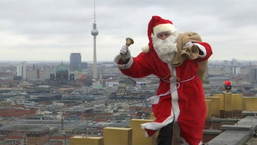 Papá Noel emula a Spiderman en Berlín para llevar regalos a los niños