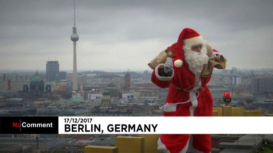 Weihnachtsmann klettert auf ein Hochhaus in Berlin