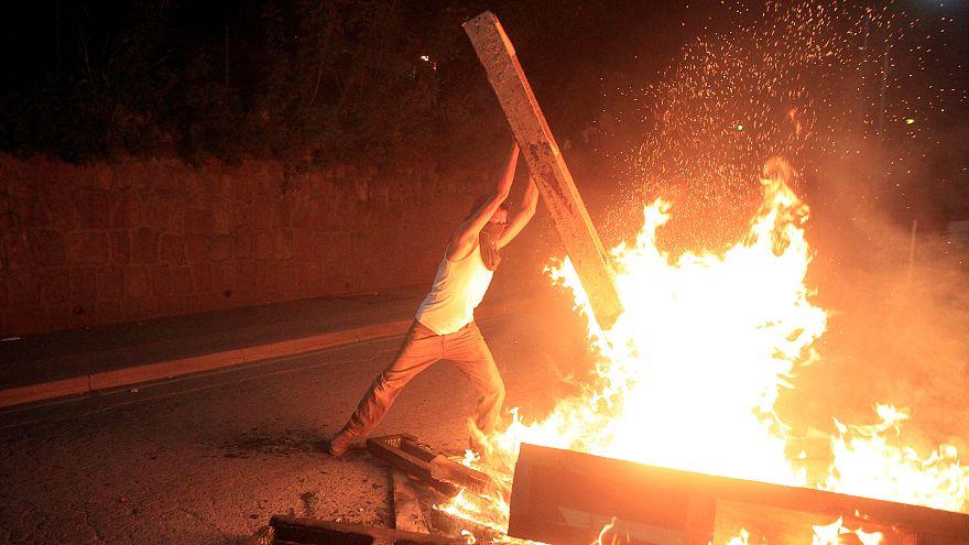 Manifestante prende fuego a una barricada en Honduras