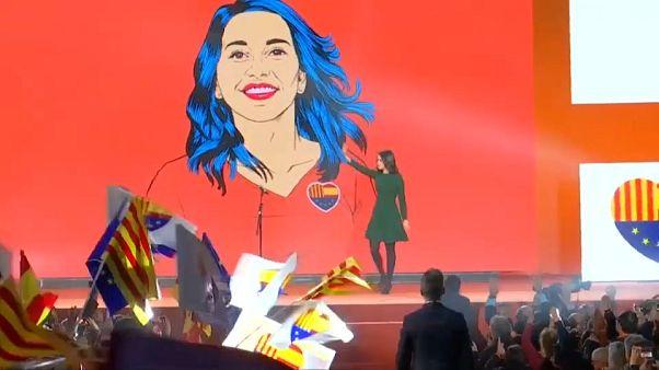 Inés Arrimadas saluda durante un mitin electoral