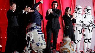 """Novo elenco da """"Guerra das Estrelas"""" celebra êxito nas salas de cinema"""