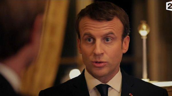 Francia, fa discutere l'intervista tv del presidente Macron