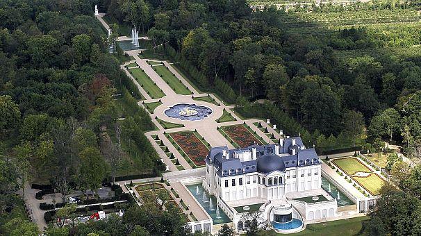 قصر لويس الرابع عشر في فرنسا