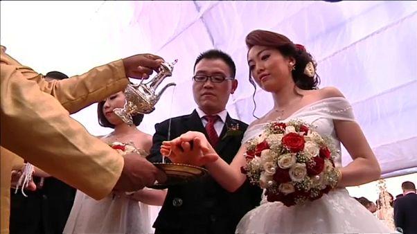 50 chinesische Paare feiern buddhistische Hochzeit auf Sri Lanka