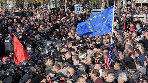 Albania, scontri fuori dal parlamento e fumogeno in aula