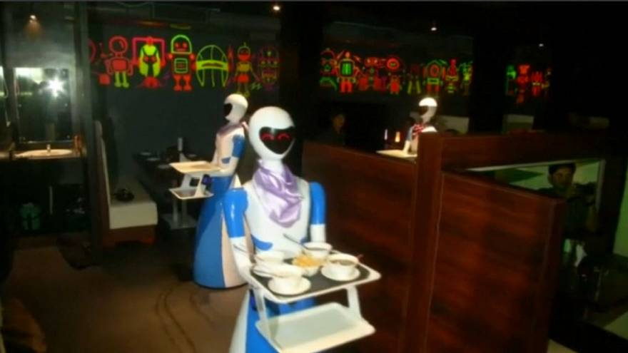 Ahol nincs borravaló-dilemma: robotok szolgálnak fel egy indiai étteremben