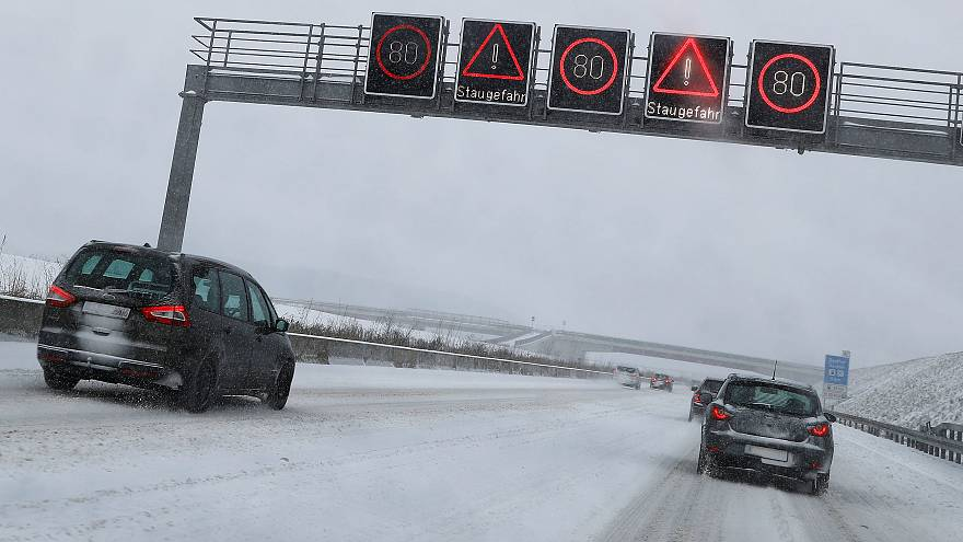 Xάος στη Φρανκφούρτη από τις σφοδρές χιονοπτώσεις