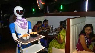 Hindistan'daki 'robot garsonlara' büyük ilgi