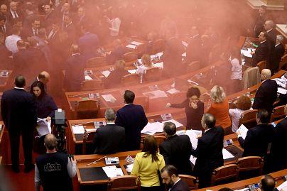 Αποπνικτική ατμόσφαιρα από τα καπνογόνα στο αλβανικό κοινοβούλιο