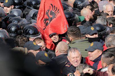 ¨Ενταση κι έξω από το αλβανικό κοινοβούλιο