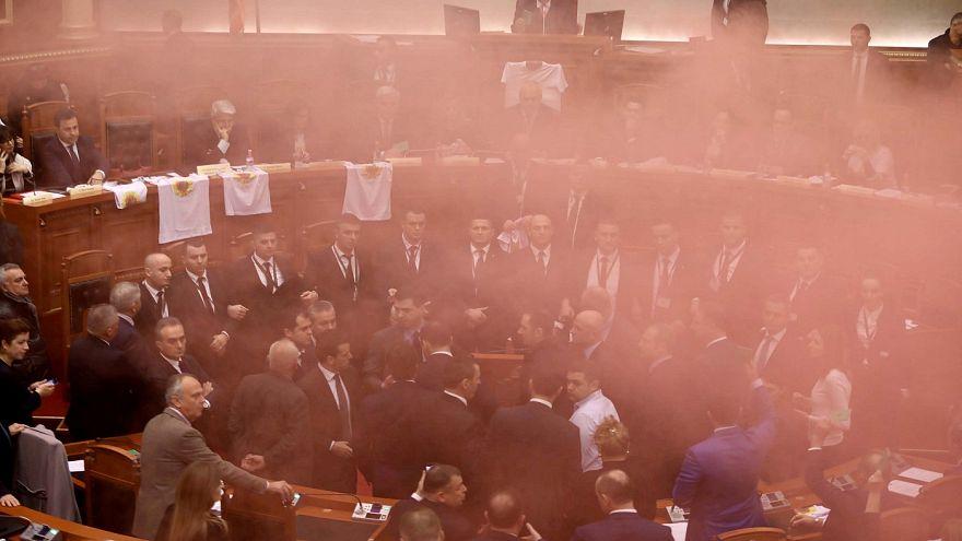 Αλβανία: Καπνογόνα στο κοινοβούλιο