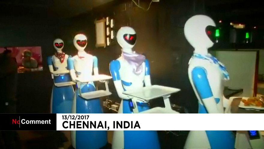 Robôs são empregados de mesa na Índia