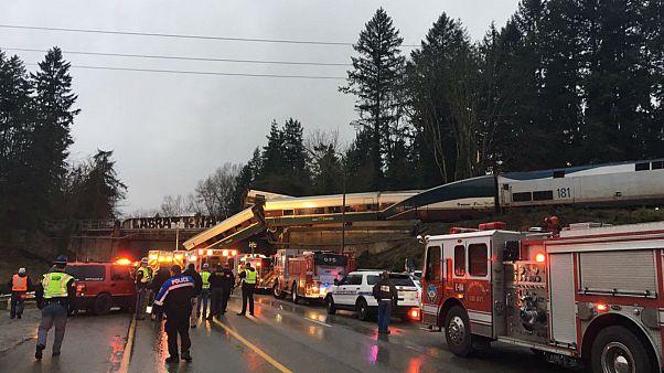 یک واگن از قطار ۵۰۱ شرکت امتراک به روی خودروهای در حال عبور سقوط کرد