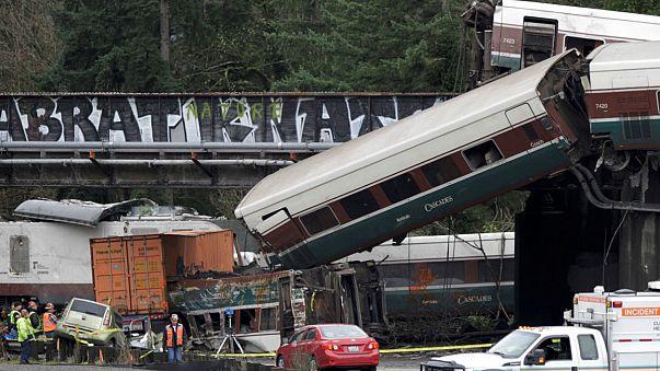 Al menos 6 muertos al descarrilar un tren en EEUU
