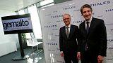 Philippe Valle, CEO da Gemalto, com o presidente da Thales, Patrice Caine