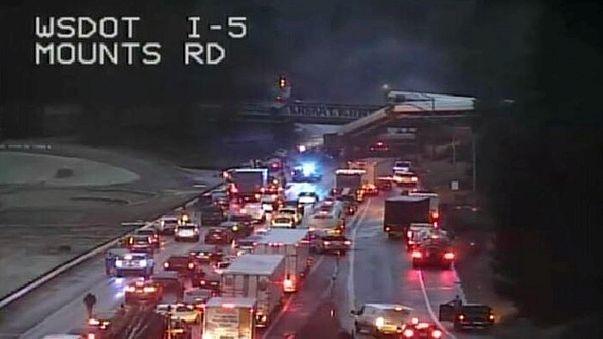 Schnellzug entgleist und stürzt auf Autobahn - 6 Tote - etwa 80 Verletzte