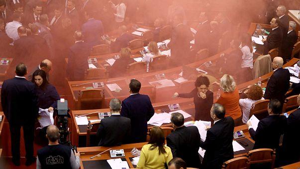 Rauchbombe im albanischen Parlament