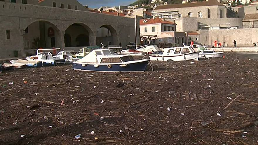 Горы мусора в море