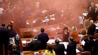 Albanie : des fumigènes lancés dans le Parlement