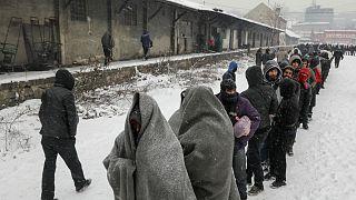 صف طولانی پناهجویان در سرما برای دریافت غذا