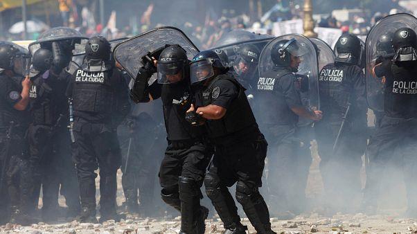 Violentos disturbios y huelga por la reforma de las pensiones en Argentina