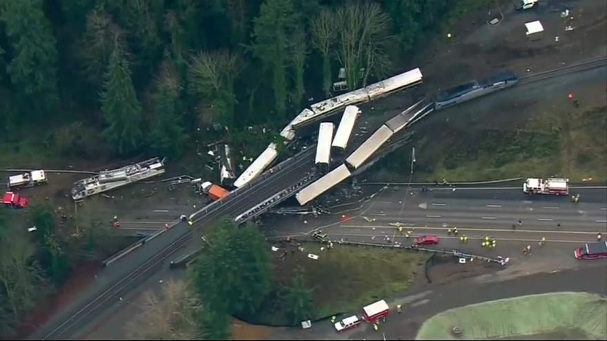 Raydan çıkan yolcu treninin vagonları otoyola düştü: 3 ölü