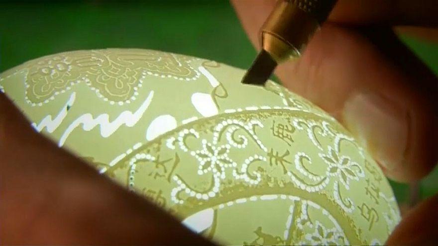 Tojáshéjból faragott többszáz darabos lámpagarnitúrát egy kínai férfi