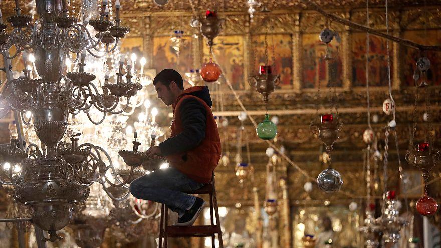 Un trabajador prepara las luces de la iglesia de la Natividad en Belén.