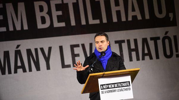 Vona Gábor, a Jobbik elnöke beszél pártja tüntetésén a Fidesz-székház előtt