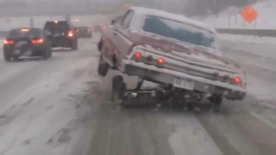 شاهد: سائق يتحدى الثلوج بثلاث عجلات