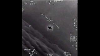 تصویری از شی ناشناس پرنده که توسط جنگندههای آمریکایی ثبت شده