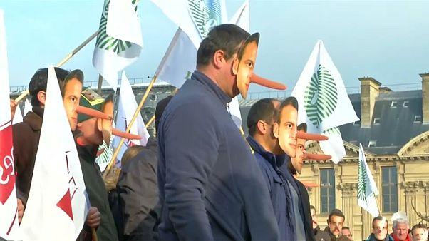 Wütende Bauern protestieren vor dem Louvre