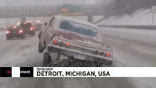 Un lowrider en équilibre sur l'autoroute enneigée