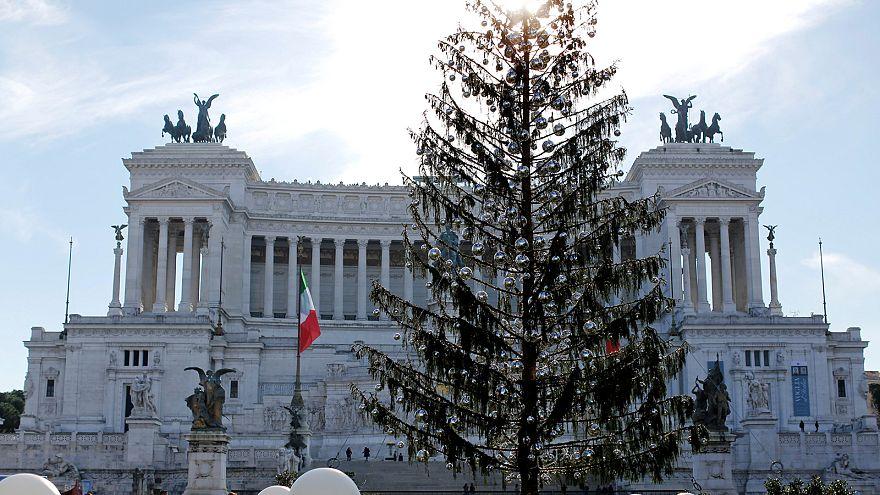 Το μίζερο χριστουγεννιάτικο δέντρο της Ρώμης και η «κηδεία» του