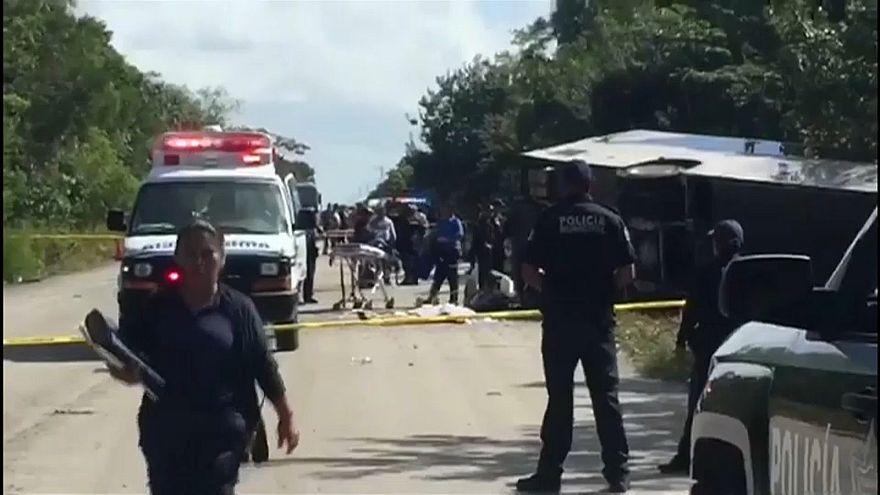Messico: si ribalta pullman di turisti, almeno 12 morti