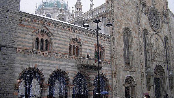 Il duomo di Como e il Broletto in un'immagine d'archivio