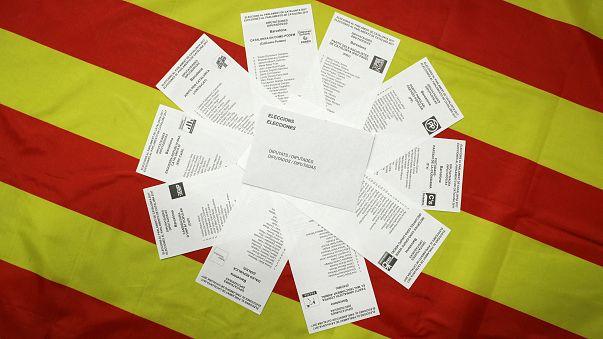 Wahlzettel vor einer katalanischen Flagge