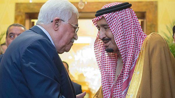 الرئيس الفلسطيني محمود عباس وملك السعودية سلمان بن عبد العزيز في الرياض
