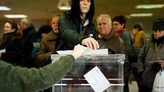امرأة تدلي بصوتها في انتخابات إقليم كاتلونيا