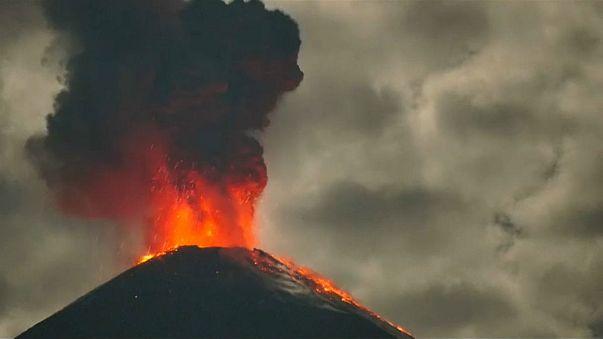 """شاهد: غضب البركان """"المشاغب"""" في الاكوادور"""
